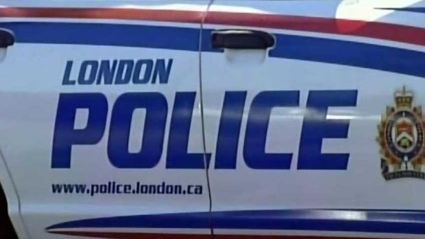 Londres, Ontario.  Hombre acusado después de presuntamente atropellar a un coche de policía con un camión robado