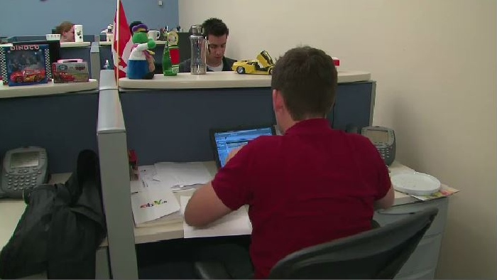 Los trabajadores de oficina que regresan cuando se levantan las restricciones de COVID-19, pero algunas empresas aún están luchando