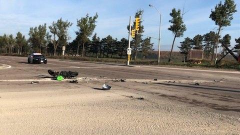 Choque entre una motocicleta y un camión de transporte cierra parte de la autopista Caledon