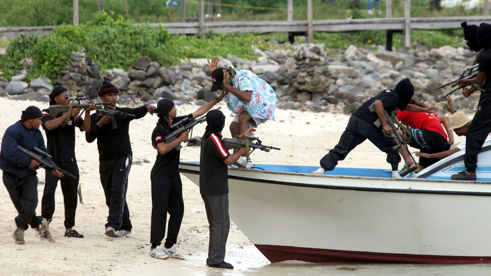 Special force members from Malaysia Maritime Police conduct an anti-piravy drill on an island in Sabab, Malaysia on Aug. 11, 2008. (AP Photo)