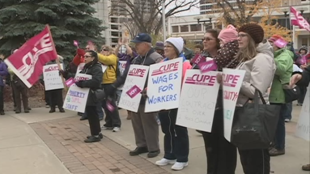 Saskatoon library workers rally at City Hall