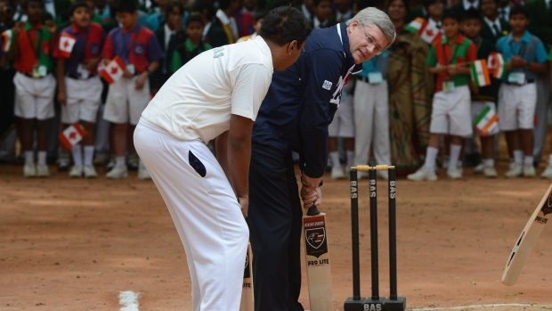 Stephen Harper plays cricket in India
