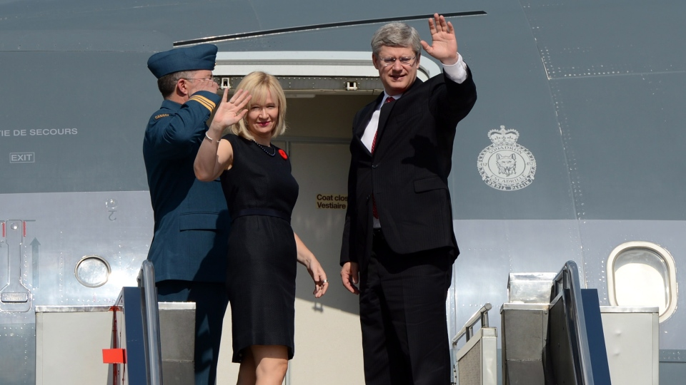 Prime Minister Stephen Harper and wife Laureen leave Manila, Philippines, on Sunday, Nov. 11, 2012. (Sean Kilpatrick / THE CANADIAN PRESS)