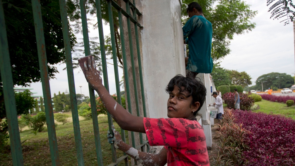Workers paint the fencing of the Yangon Parliament building where US president Barack Obama is anticipated to meet Myanmar's President Thein Sein in Yangon, Myanmar, Thursday, Nov. 15, 2012.(AP / Gemunu Amarasinghe)