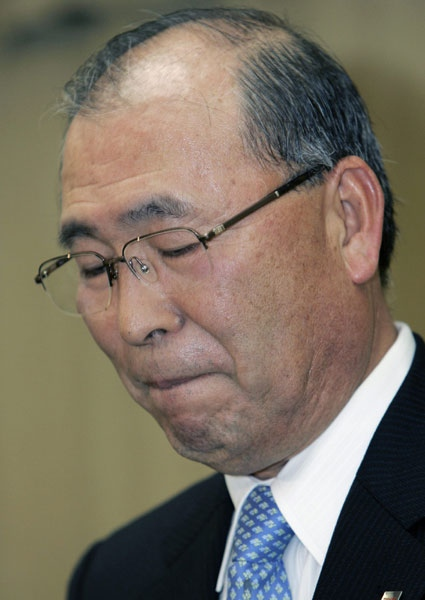 Toshiba President and CEO Atsutoshi Nishida gestures during a press conference in Tokyo, Japan on Tuesday, Feb. 19, 2008. (AP / Shizuo Kambayashi)