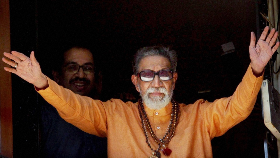 Hindu hardline Shiv Sena party leader Bal Thackeray waves at party workers gathered outside his residence on his 85th birthday in Mumbai, India,  Jan. 23, 2011. (AP)