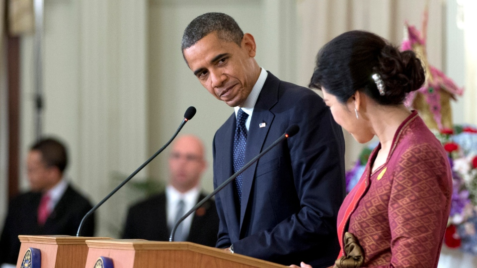 U.S. President Barack Obama, centre, and Thai Prime Minister Yingluck Shinawatra acknowledge each other at a joint news conference at the Government House in Bangkok, Thailand, Sunday, Nov. 18, 2012. (AP / Carolyn Kaster)