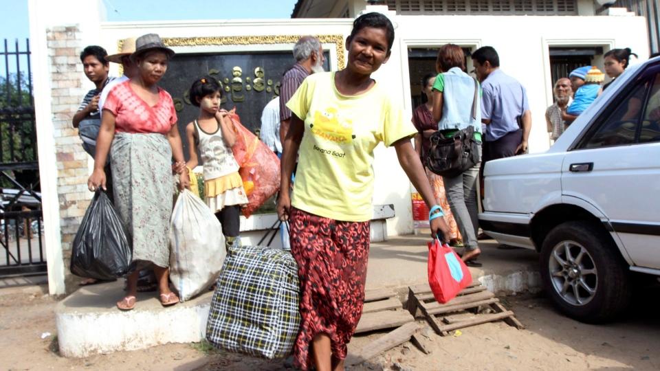 Myanmar prisoners walk outside Insein prison in Yangon, Myanmar after they were released Thursday, Nov. 15, 2012.  (AP / Khin Maung Win)