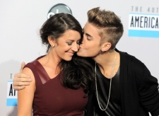 Bieber kisses Pattie Mallette on Nov. 18, 2012