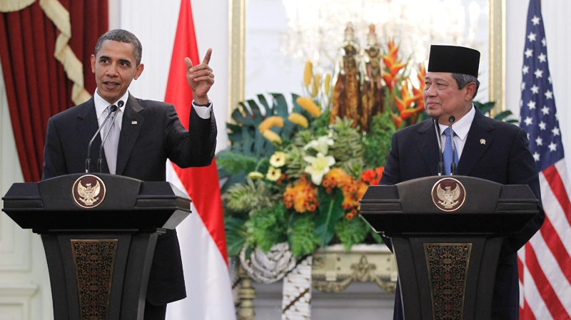 U.S. President Barack Obama, left, and Indonesian President Susilo Bambang Yudhoyono hold a joint news conference at the Istana Merdeka in Jakarta, Indonesia, Tuesday, Nov. 9, 2010. (AP / Charles Dharapak)