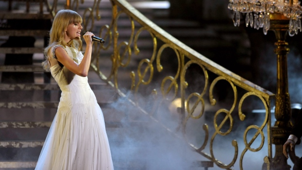 Taylor Swift performing at 2012 AMA's