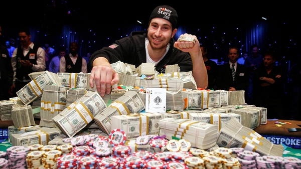 Boucherville's Jonathan Duhamel poses with his $9 million prize after winning the World Series of Poker (AP Photo/Isaac Brekken)