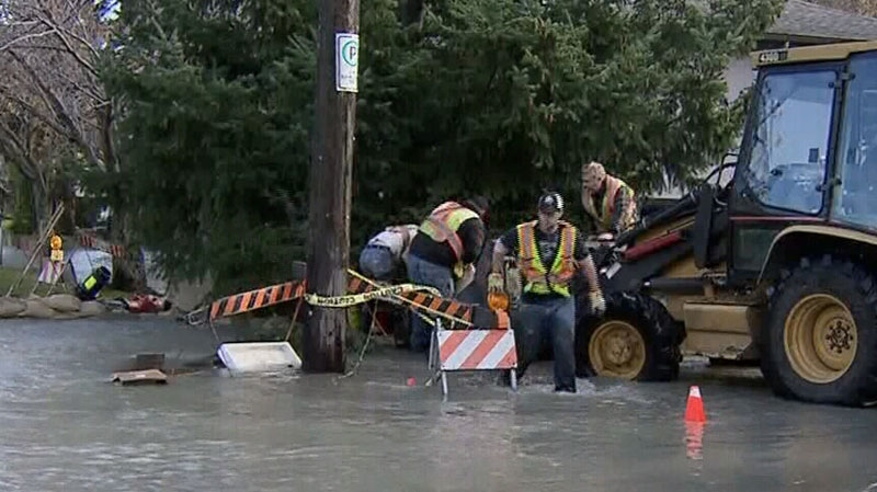 Crews respond to a burst water main in Oak Bay. Nov. 20, 2012. (CTV)