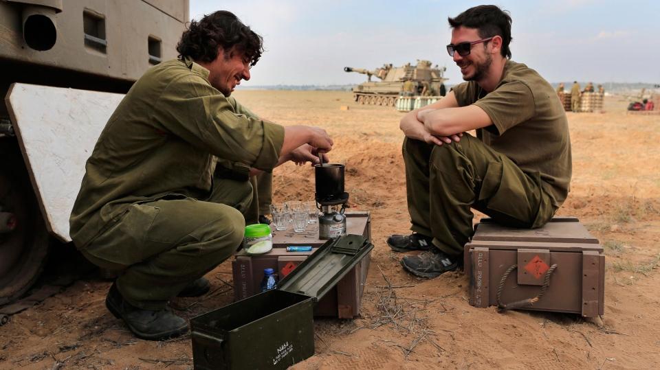 Israeli soldiers prepare coffee at a staging area near southern Israel, Thursday, Nov. 22, 2012. (AP / Tsafrir Abayov)