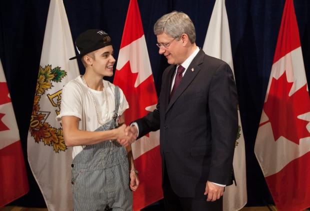 Stephen Harper presents Justin Bieber with medal