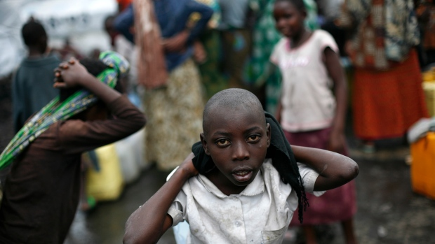 Children carry water buckets west of Goma