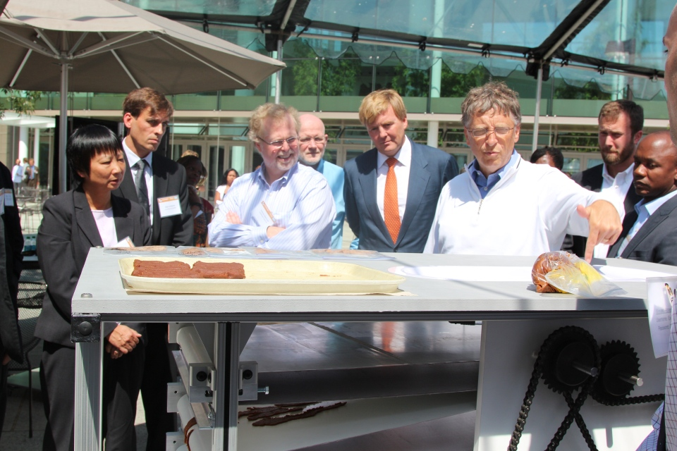 University of Toronto's Prof. Yu-Ling Cheng and Prof. Mark Kortschot demonstrate their toilet to Nathan Myhrvold, the Prince of Orange and Bill Gates. (Courtesy The University of Toronto)