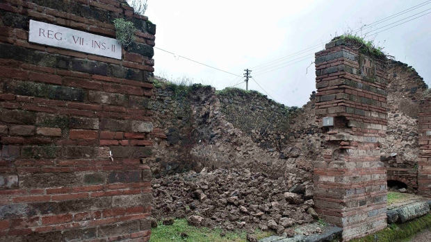 Pompeii wall collapse
