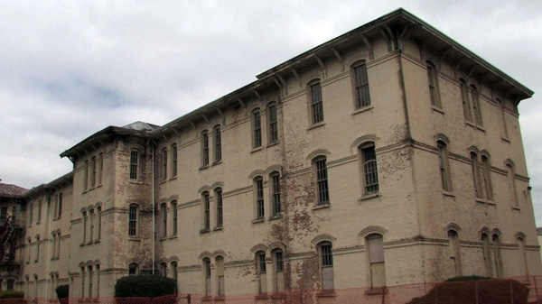 """In this June 12, 2008 photo shows the Oregon State Hospital in Salem, Ore. Oregon's decrepit state hospital was made famous as the set for the classic film """"One Flew Over the Cuckoo's Nest."""" (AP Photo/Rick Bowmer)"""