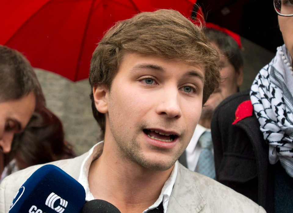 Gabriel Nadeau-Dubois speaks to reporters in Montreal, Friday, Nov. 2, 2012. (Graham Hughes / THE CANADIAN PRESS)