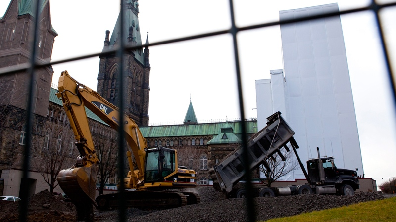Construction crews work on the West Block site of Parliament Hill in Ottawa on Tuesday, Nov. 23, 2010. (Sean Kilpatrick / THE CANADIAN PRESS)
