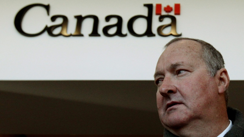 Randy Quaid leaves an Canadian Immigration and Refugee Board hearing in Vancouver, on Tuesday, Nov. 23, 2010. (Darryl Dyck / THE CANADIAN PRESS)