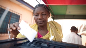 A woman casts her vote for president, during an unexpected second day of voting in Accra, Ghana, Saturday, Dec. 8, 2012. (AP Photo/Gabriela Barnuevo)