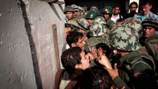 Egyptian protesters scuffle with army soldiers