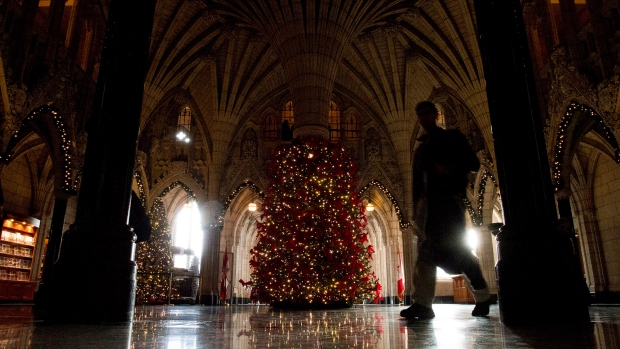 Feds give green light to Christmas decorations