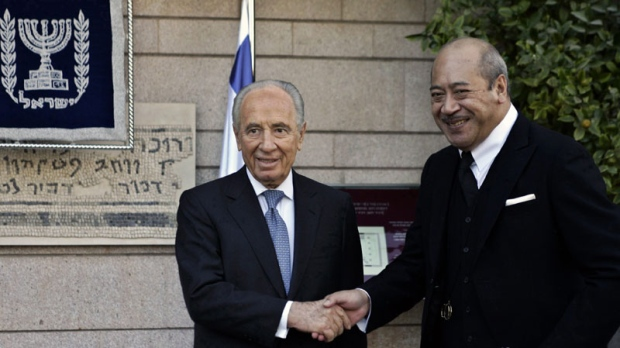 Israeli President Shimon Peres, left, shakes hand with King George Tupou V of Tonga prior their meeting at Peres' residency in Jerusalem, Thursday, Dec. 27, 2007. King George Tupou V of Tonga is on an official visit to Israel. (AP Photo/Alvaro Barrientos)