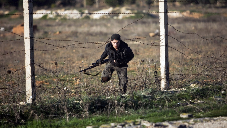 Free Syrian Army fighter retreats under Syrian Army fire during the assault on a military base in Tal Sheen, Syria, Saturday, Dec 15, 2012 (AP / Manu Brabo)
