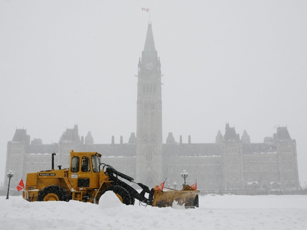 A snow plow clears snow on Parliament Hill in Ottawa on Wednesda,y March 5, 2008. (Sean Kilpatrick / THE CANADIAN PRESS)