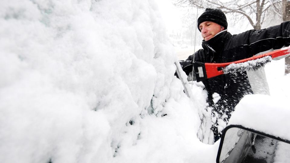 Joe Jackson clears off snow from his truck on Thursday, Dec. 20, 2012, in Winona, Minn. (AP / Winona Daily News, Joe Ahlquist)