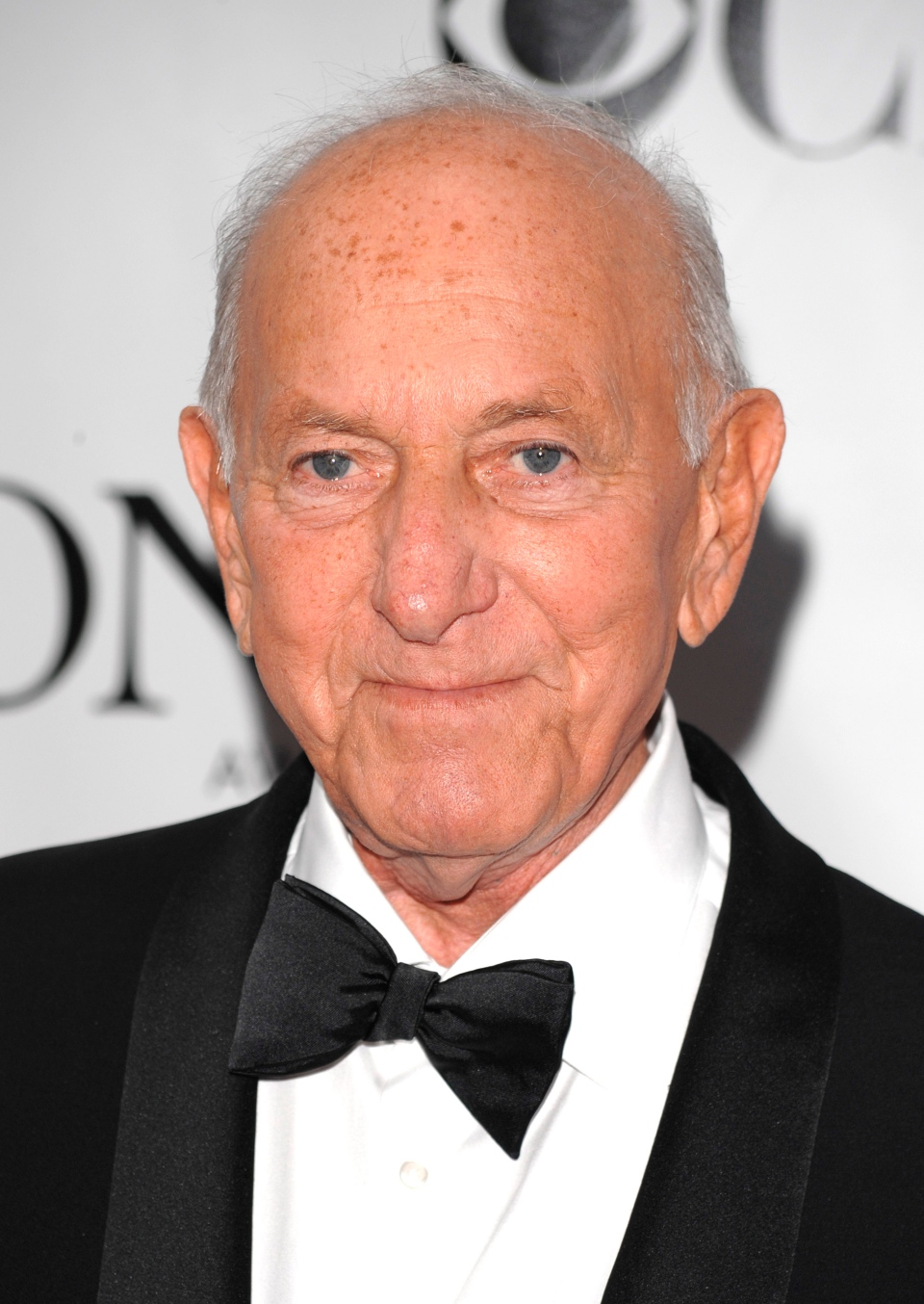 "In this June 15, 2008 file photo, Jack Klugman arrives at the 62nd annual Tony Awards in New York. Klugman, who made an art of gruffness in TV's ""The Odd Couple"" and ""Quincy, M.E.,"" has died at the age of 90. (AP/Peter Kramer, File)"