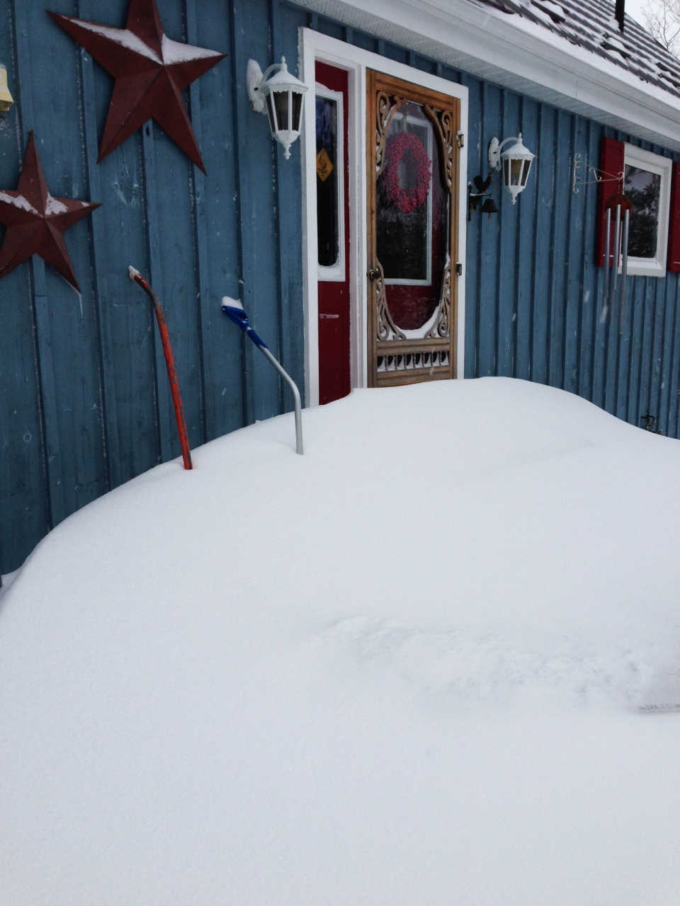 A large snowdrift blocks the front door of this home in Mono Mills, Ont., on Thursday, Dec. 27, 2012. (Carol Brown  for CTVNews.ca)