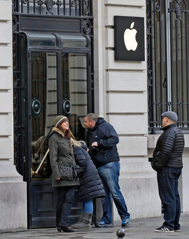 Paris Apple Store after robbery