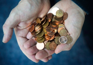A handful of pennies is shown in this March 2012 file photo. (Graeme Roy / THE CANADIAN PRESS)