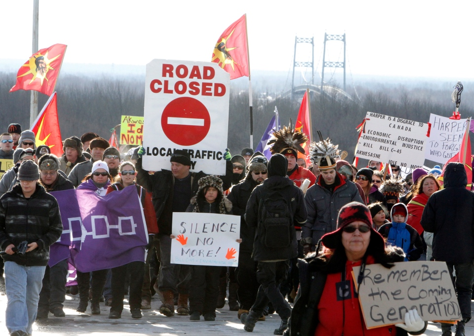 First Nations Idle No More protestors march and block the International Bridge between the Canada and U.S. border near Cornwall, Ont., Saturday, Jan. 5 2013. (Fred Chartrand / THE CANADIAN PRESS)