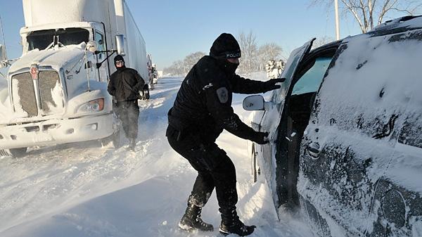 Sarnia Police check on stranded motorists on London Line, East of Sarnia, Ont., on Tuesday Dec. 14, 2010. (Glenn Ogilvie / THE CANADIAN PRESS)