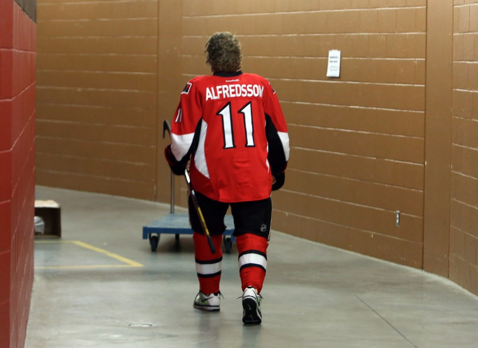 Ottawa Senators Daniel Alfredsson makes his way to a team photo session in Ottawa Saturday, January 12, 2013. (Fred Chartrand / THE CANADIAN PRESS)