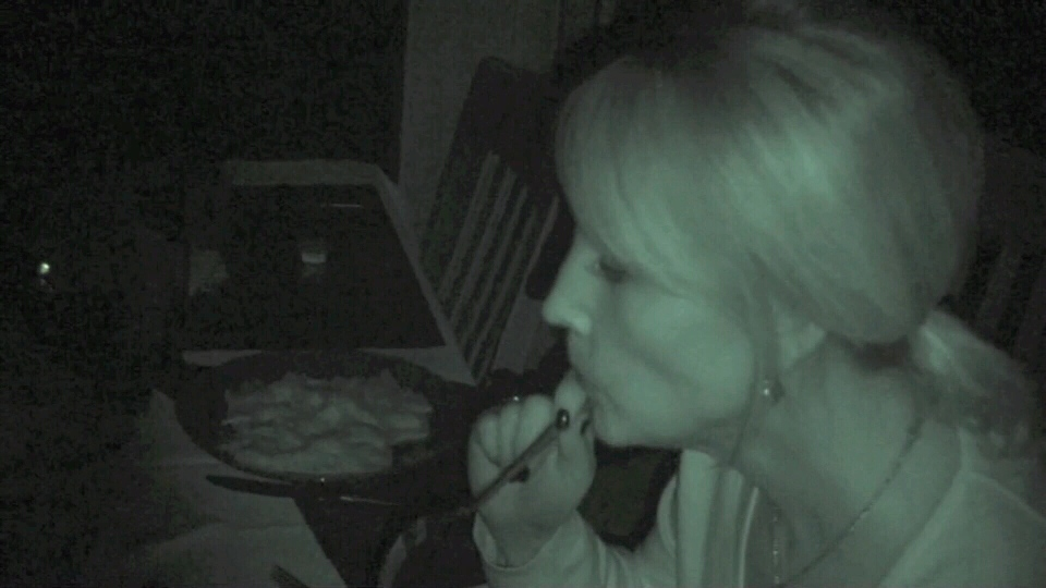 Consumer reporter Lynda Steele dines in the dark. Jan. 21, 2013 (CTV)