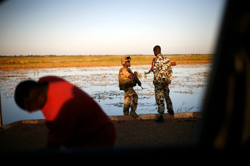 A French soldier speaks with his Malian counterpart on the banks of the Niger river outside Gao, northern Mali, Thursday, Feb. 7, 2013. (AP / Jerome Delay)