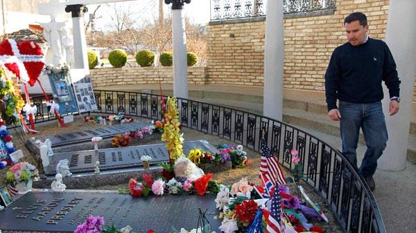 Edison Pena visits the grave of Elvis Presley at Graceland, Presley's home, in Memphis, Tenn, Friday, Jan. 7, 2011. (AP / Mark Humphrey)