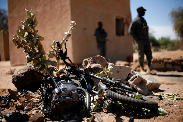 Soldiers arrest two men with explosives in Mali