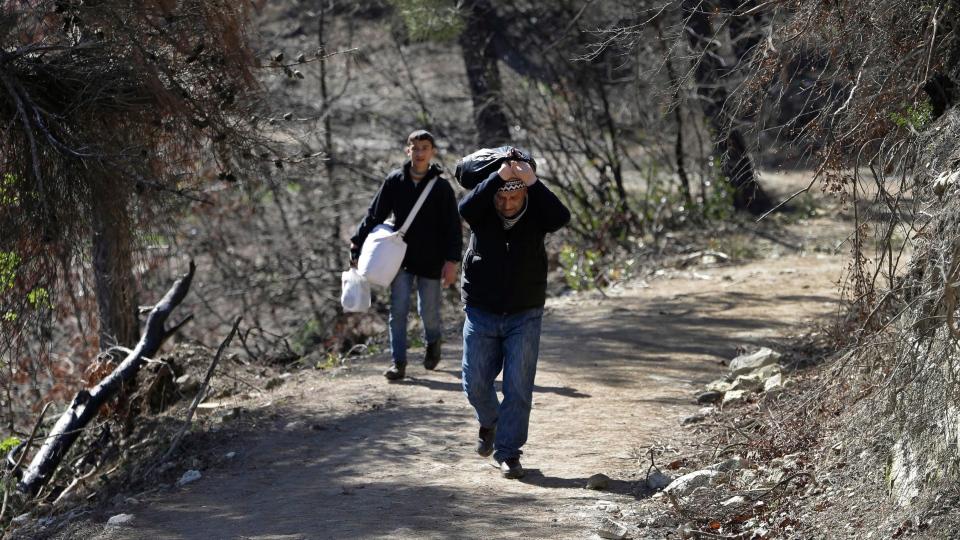 Syrian citizens cross into Turkey near the town of Yayladagi, at the Turkish-Syrian border, Turkey, Wednesday, Feb. 13, 2013. (AP / Hussein Malla)