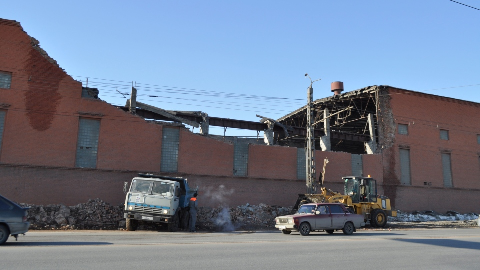 Cars driver psst a zinc factory building with part of its roof collapsed in Chelyabinsk, about 1500 kilometers (930 miles) east of Moscow, Russia, Saturday, Feb. 16, 2013. (AP / Laura Mills)