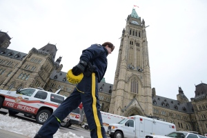 An RCMP officer walks by Parliament Hill in Ottawa on Feb. 15, 2013. (Sean Kilpatrick / THE CANADIAN PRESS)