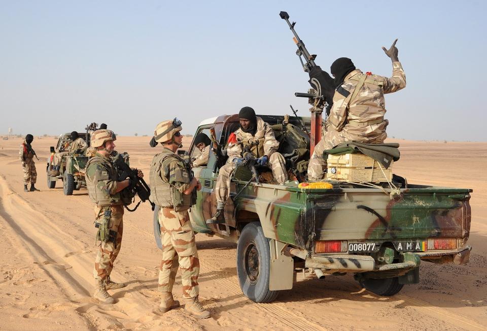 French soldiers talk to Malian soldiers outside Bourem, northern Mali, Sunday, Feb. 17, 2013. (AP / Pascal Guyot)