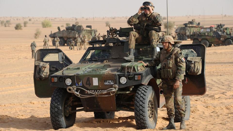 French soldiers take position outside Bourem,, northern Mali, Sunday, Feb. 17, 2013. (AP / Pascal Guyot)
