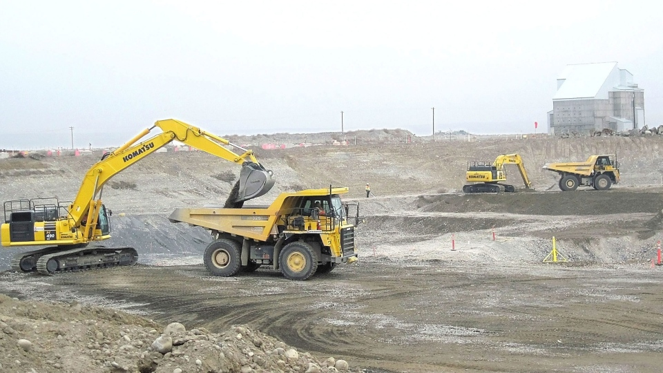 Crews work to remove contaminated soil near Hanford's D Reactor near Richland, Wash., Tuesday Feb. 5, 2013. (The Tri-City Herald, Annette Cary)